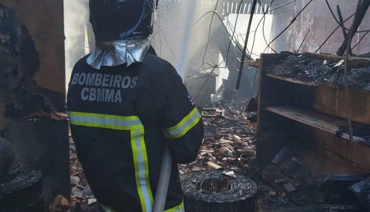 Equipe do 6º BBM combate incêndio no centro de Bacabal