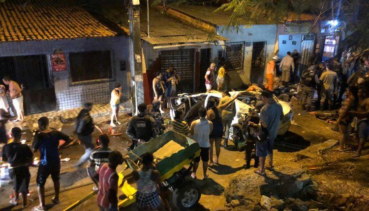 GUARNIÇÕES DO CORPO DE BOMBEIROS ATENDEM OCORRÊNCIA DE ACIDENTE AUTOMOBILÍSTICO NO BAIRRO DO JARACATY