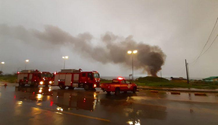 Bombeiros debelam incêndio em bar na praia do Araçagi